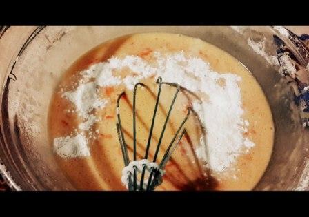 морковный пирог, размешиваем
