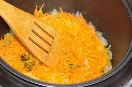 Обжариваем лук и морковь в мультиварке